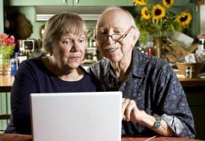 Bild på par vid dator
